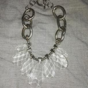 Halsband i tight modell med stort hänge