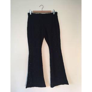 """Utsvängda byxor i tjockare spets med insydda shorts. Från """"H&M <3 Coachella""""-kollektionen. Väldigt mjuka och bekväma."""