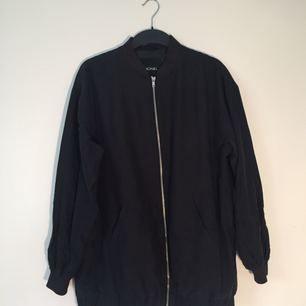 Svart tröja i bra skick, knappt använd. Färgen är inte helt becksvart, snarare lite åt det grå hållet (fast så nära svart det kan bli ändå).