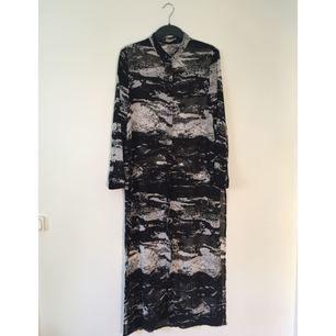 Halvgenomskinlig skjortklänning från H&M. Mycket bra skick.