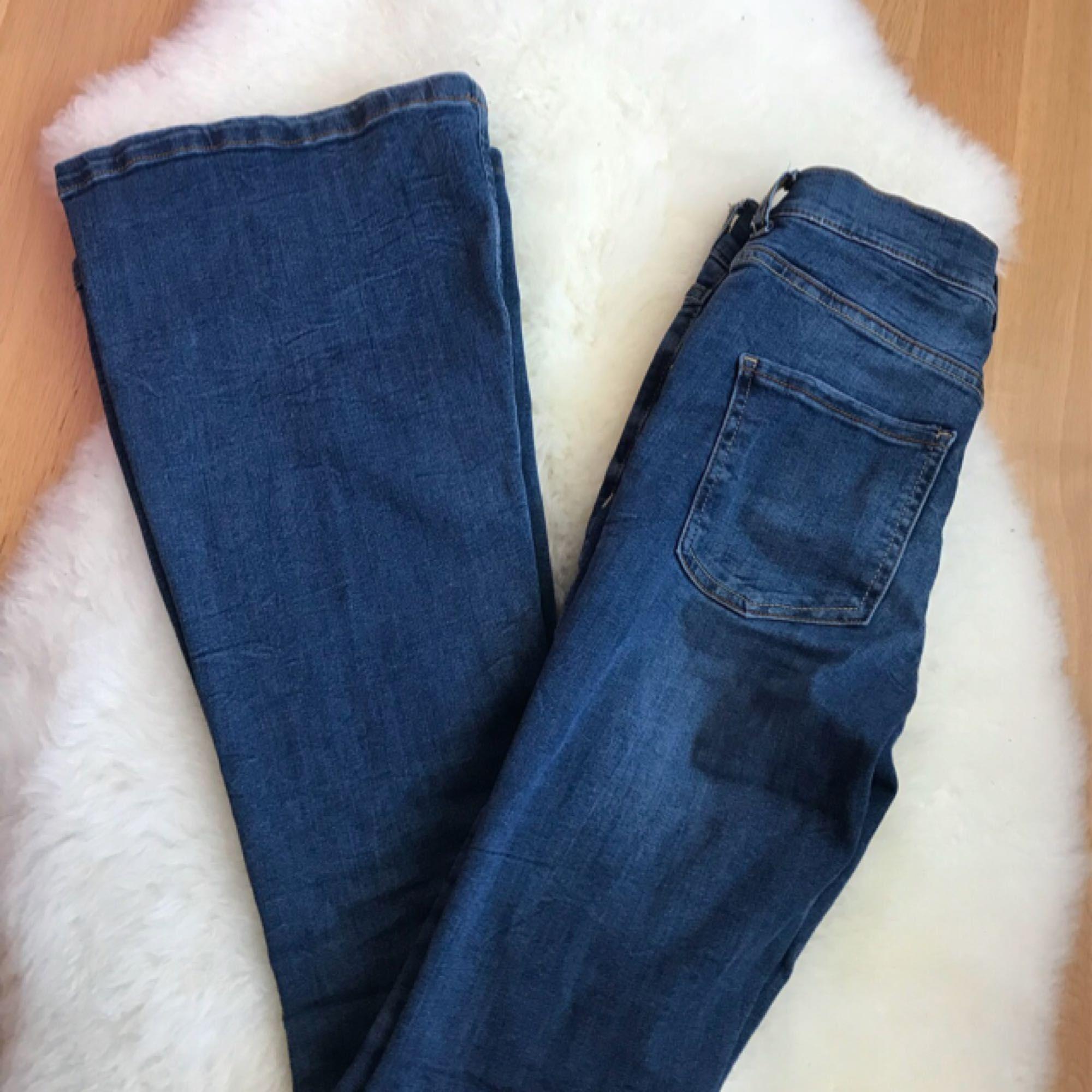 Jeans bootcut/flare. Sjuktfinna! Men den kommer tyvärr inte till användning. Endast använd 1 gång.. Jeans & Byxor.