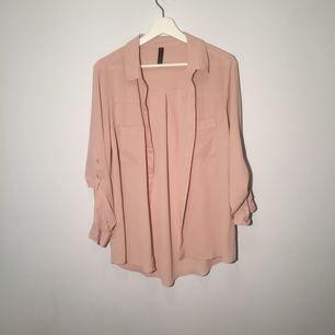 En rosa kontors skjorta, säljs endast för 100kr. Kommer passa för dig som går till skolan eller jobbar på ett kontor.