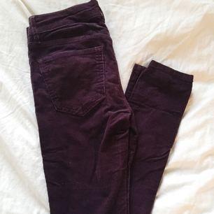 Vinröda byxor från H&M. Använda ett fåtal gånger, snygg passform och sköna att ha på sig. Mid-waist. Köparen står för frakten