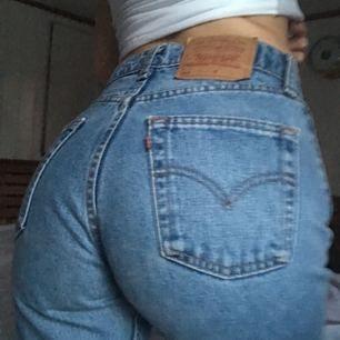 Står inga mått på byxorna så mätte det själv till= Midja: ca 72cm, längd: ca 94cm.