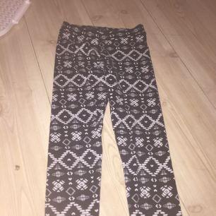 Ett par mönstrade leggings från H&M , i storlek 140 . Använda endast två gånger.