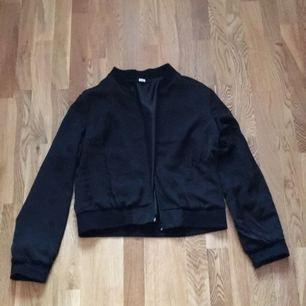 Tunn bomberjacka i polyester från Bikbok, storlek L. Har fickor och svart mudd upptill och nedtill. Säljes på grund av att den köptes för några år sedan och aldrig kommit till användning. 50 kronor (frakt tillkommer).