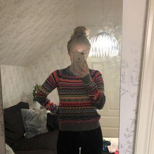 Säljer denna färgsprakande mysiga tröja då den aldrig har kommit till användning. Lappen är kvar, dock halva då det var en present, hehe. Hoppas denna tröja hittar ett nytt hem. Betalas med swish och du som köpare står för frakten ✨