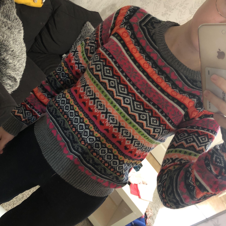 Säljer denna färgsprakande mysiga tröja då den aldrig har kommit till användning. Lappen är kvar, dock halva då det var en present, hehe. Hoppas denna tröja hittar ett nytt hem. Betalas med swish och du som köpare står för frakten ✨. Stickat.