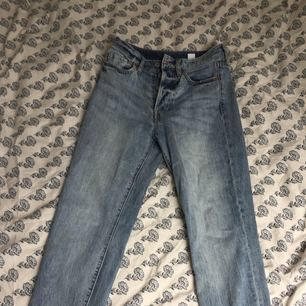 Nästintill oanvända High-waist vintage jeans från H&M. Finns i deras sortiment i andra tvättar, dessa är lite mjukare och köpta förra hösten. Hög midja och knappgylf.   Hämtas i Gävle alt köpare betalar frakt 50kr.