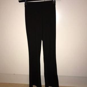 Svarta utsvängda byxor som bara är använda 2 gånger pga att de är lite för små för mig.