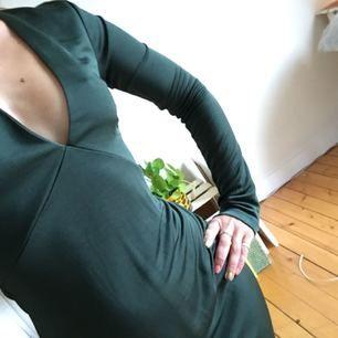 Jättefin figursydd mossgrön klänning från HM. Använt 1 gång. Säljer pga använder aldrig. Finns en liten skråma nere på klänningens vänstra sida (bild 3), men inget som märks vid användning. Kan mötas i sthlm eller frakta. Köparen står för fraktkostnad! 🌟