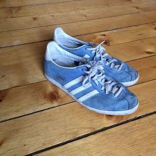 Superfina ljusblå adidas i lite old School-modell. Kan mötas i sthlm eller frakta. Kostnad tillkommer för köparen isf!