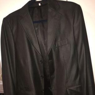 Kostym, kostymbyxor + slips. Allt för 500kr. Kostymen är i storlek L och byxorna i storlek M, använda endast en gång.