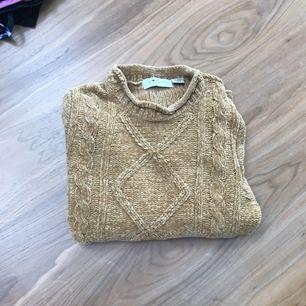 Guldbrun färgad tröja