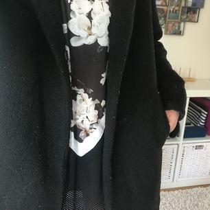 Relativt varm svart kappa