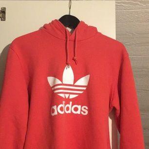 En sprillans ny adidas hoodie, använd 1 gång så i nyskick!! Inget fel i övrigt, endast för liten för mig!  Frakt tillkommer
