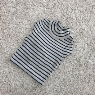 Långärmad randig tröja som sitter ganska tight