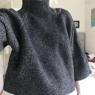 Sticka tröja med vida ärmar