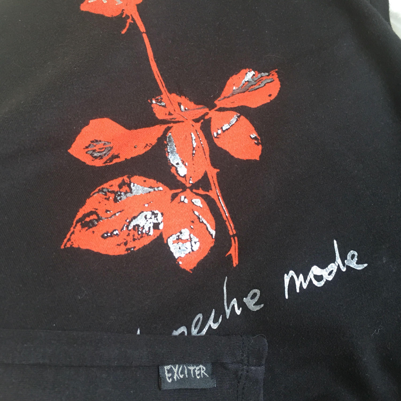 Depeche Mode Band T-shirt i topp design utan ärmel. Mycket fint bomull och nyskick. Inköpt på Exciter Tourne.. T-shirts.