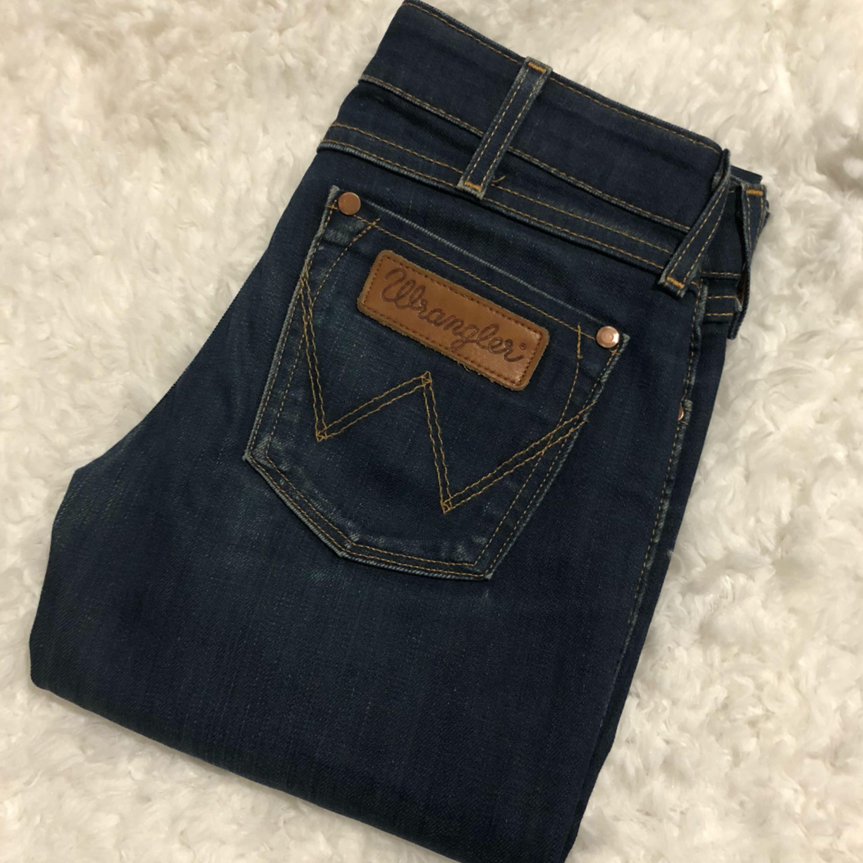 Säljer dessa superfina Wranglerjeans då de tyvärr var för små för mig! De är köpa på second hand och är i fint skick trots det, storleken är W24 L32! Vid frågor eller fler bilder får ni skriva. Betalas med swish och du som köpare står för frakt. ✨. Jeans & Byxor.