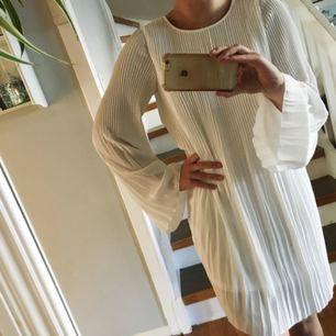 Oanvänd vit klänning med prislapparna kvar. Nypris 399. Passar även S