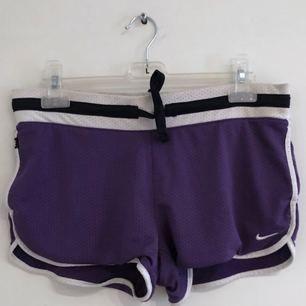 Mörklila Nike-shorts, fint skick! ✨ Köparen står för frakten