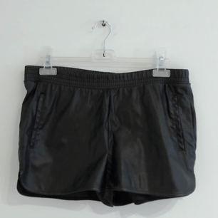 Shorts i skinnimitation, väldigt bra skick då de är nästintill oanvända. Köparen står för frakten.