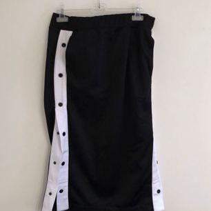 Ankellång kjol med knappar på sidorna. Tjockare sidenmaterial, oanvänd. (Prislapp kvar) ✨ Köparen står för frakten.
