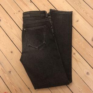 Oanvända jeans Mörkgrå med slitning längst ner  Storlek 25