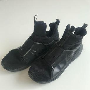 Svarta PUMA skor i storlek 37,5. Högre modell med extremt skön passform. Sitter otroligt bra på foten och ger ett skönt stöd.