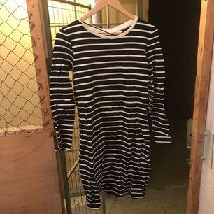 Ny, randig klänning från Vila! Aldrig använd.