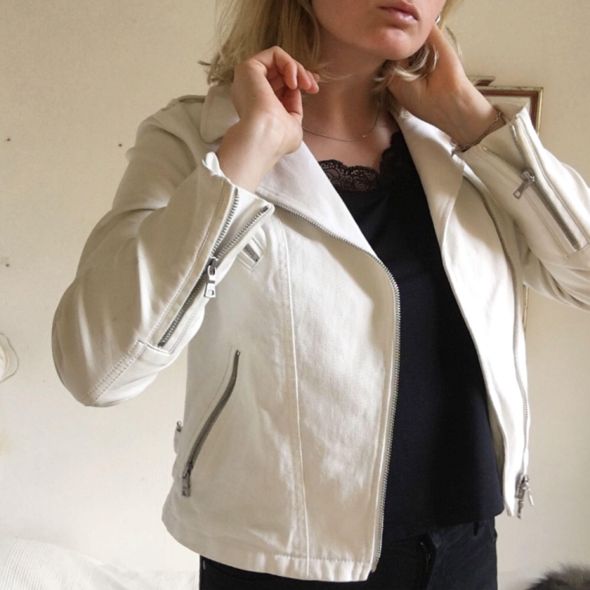 Supersnygg vit jeansjacka med fejkläder på ärmarna. Knappar och dragkedjor i silver!  Inköpt i Brooklyn på en second hand butik för 400kr. Möts upp i Stockholm annars betalar köparen för frakt 🌹🌹. Jackor.