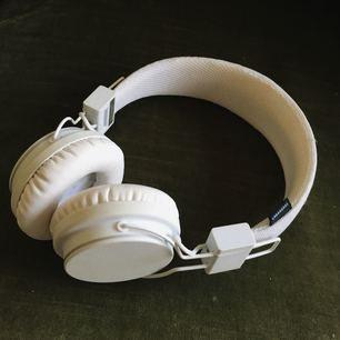 Plattan Hörlurar från urban ears! Ej trådlösa. Sladd ingår ej. Använd ett fåtal ggr. Bra ljud 👌🏼 en fläck, se tredje bild. Frakt ingår i priset ✨