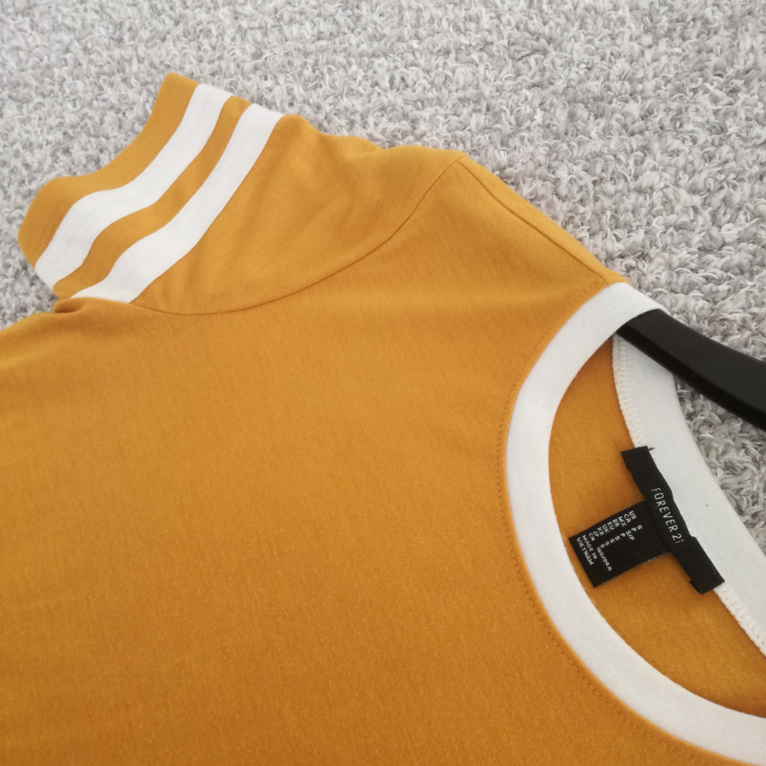 Gul sportig klänning från Forever 21 i Tokyo.  Perfekt nu till sommaren! Endast swish, frakt ingår tyvärr INTE, utan tillkommer på 36 kr.. Klänningar.