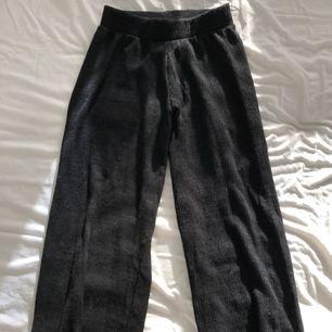 Korta byxor från Gina tricot. De är utsvänga nere vid slutet, men fick tyvärr inte med det på första bilden.  Använda ett par gånger.  Dessa är i en liten modell (är 1,60)☺️