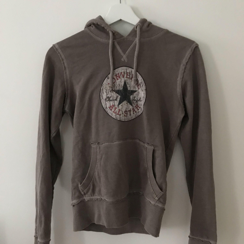 Converse hoodie i väldigt bra skick. Snygg passform. Kan skickas mot frakt. Huvtröjor & Träningströjor.