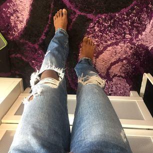 Säljer ett par snygga slitna jeans, använda ett fåtal gånger! De är i ett bra skick:)