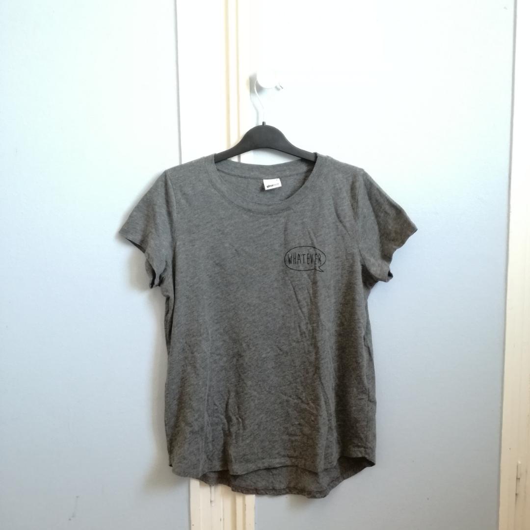 Grå t-shirt från Gina Tricot Strl small Snygg instoppad i ett par höga jeans eller en kjol Köparen står för frakt  . T-shirts.