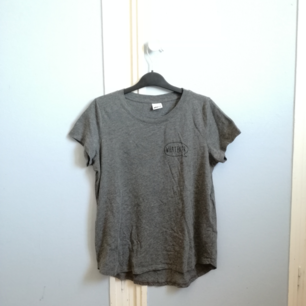 Grå t-shirt från Gina Tricot Strl small Snygg instoppad i ett par höga jeans eller en kjol Köparen står för frakt