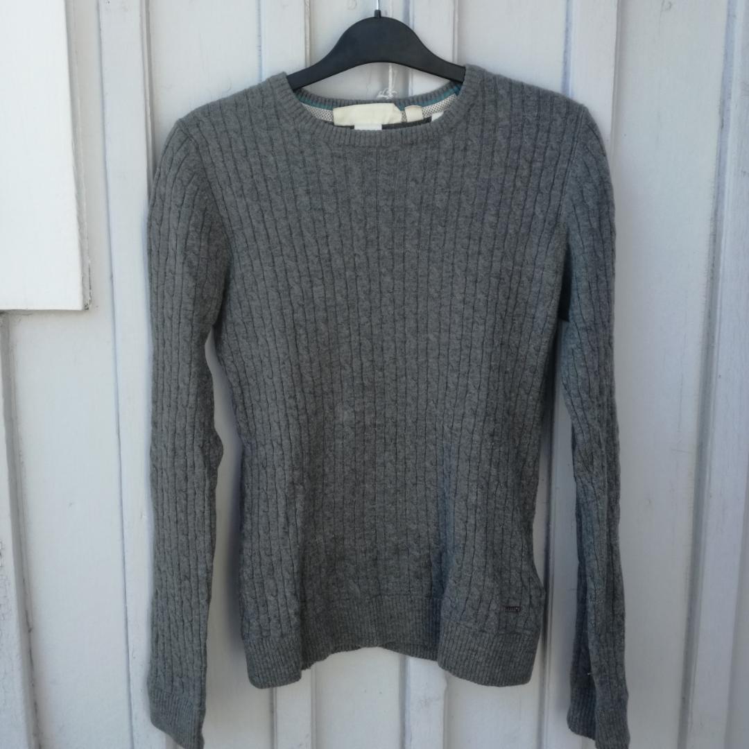 Stickad grå tröja från L.O.G.G, h&m.  50% ull Använd endast några få gånger Endast swish Frakt ingår inte utan den står köparen för.. Stickat.