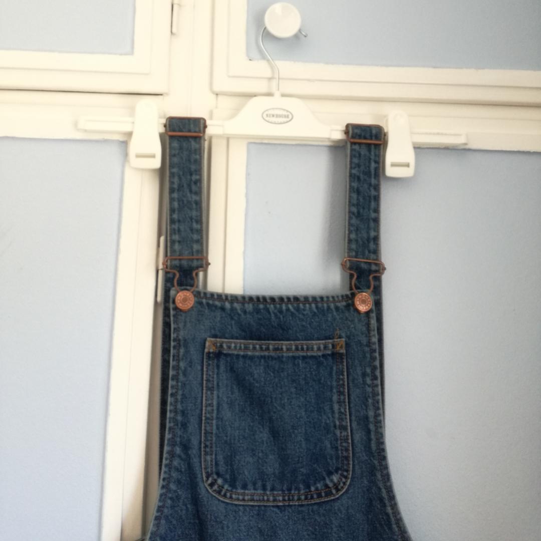Snygga hängselbyxor från Monki, köpta förra året. Bra kvalitet, använda max 5 gånger. Passar perfekt med t-shirt under nu på sommaren. Endast swish Köparen står för frakt.. Jeans & Byxor.