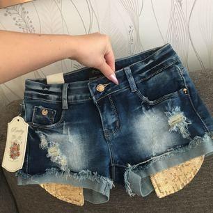 Shorts med gulddetaljer