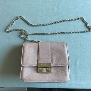 Helt oanvänd väska i ljusrosa från Don Donna, silverskedja som axelrem