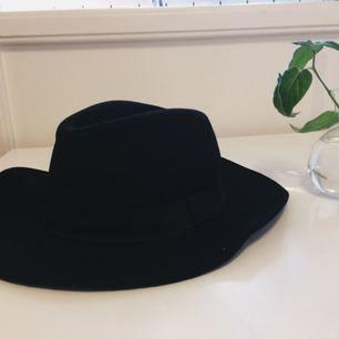 Så fin och skön hatt i 100% ull! Storlek L58!