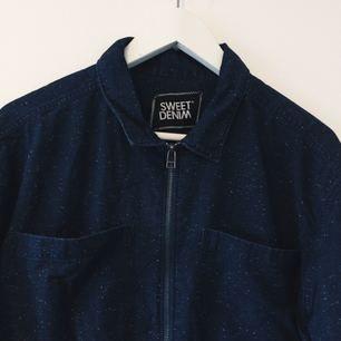 Sjukt fin mörkblå skjorta med dragkedja från Sweet Denim (SKTBS) som endast används vid två tillfällen, dvs nästan nyskick 🤘🏻
