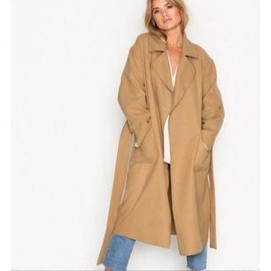 Säljer denna kappa från Nelly, använd en gång så i princip nyskick! Frakt ingår i priset ✨