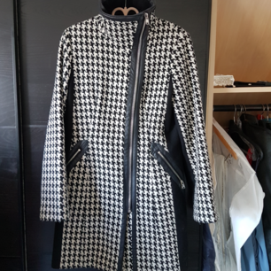 Höst/vinter kappa från Calvin Klein med snygga detaljer. Köparen står för frakten.