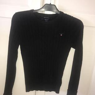 Säljer min svarta Gant tröja i strl Xs eftersom den inte kommer till någon användning längre. Den är i väldigt fint & bra skick. Frakt ingår i priset 💫