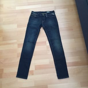 """Snygga jeans från replay i modellen """"rockxanne"""", passar även w26 då de är lite stora i storleken! Fler bilder kan skickas, dyra vid inköp, kostade ca 1600kr!"""