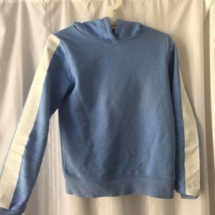 Snygg och skön ljusblå hoodie med vit rand på vardera ärm. Mycket bra skick!   Fraktar ej❗️Möts upp i Stockholms innerstad.
